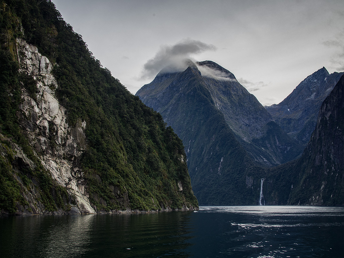 milford_sound_clouds_new_zealand