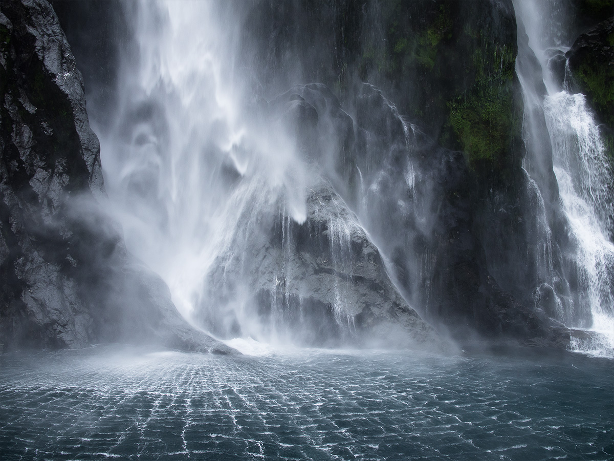 milford_sound_waterfall_new_zealand