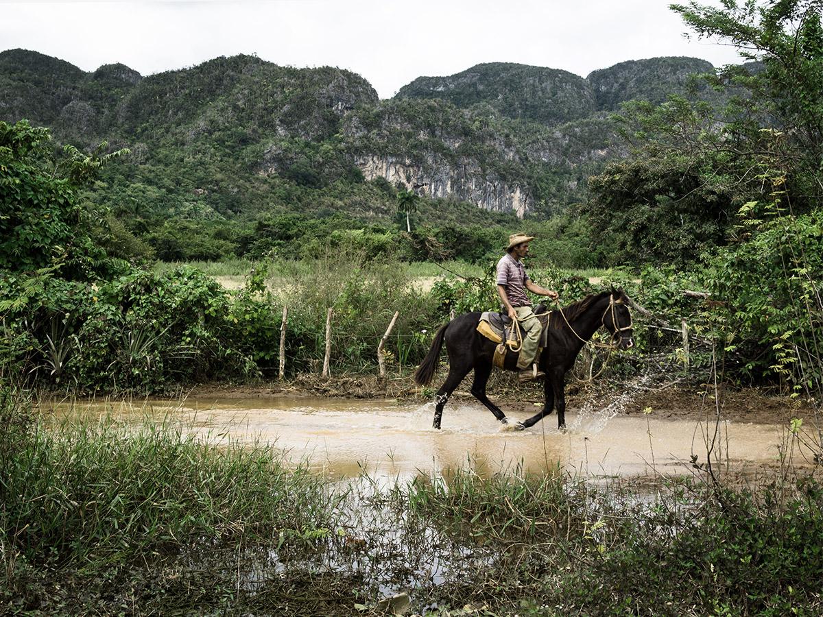 vinales_cuba_farmer_on_horse