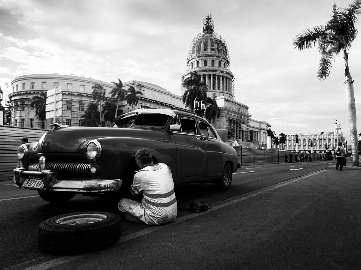cuba__habana_car_fixing_capitolio_street_photography
