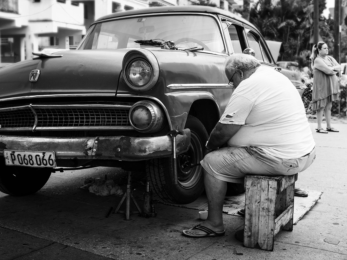 cuba_car_fixing_street_photography