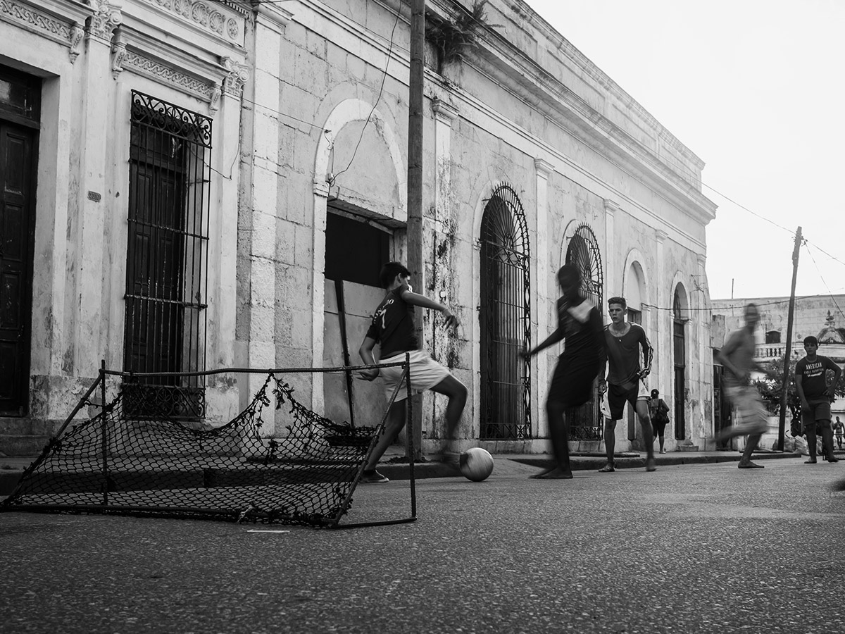 cuba_soccer_street_photography