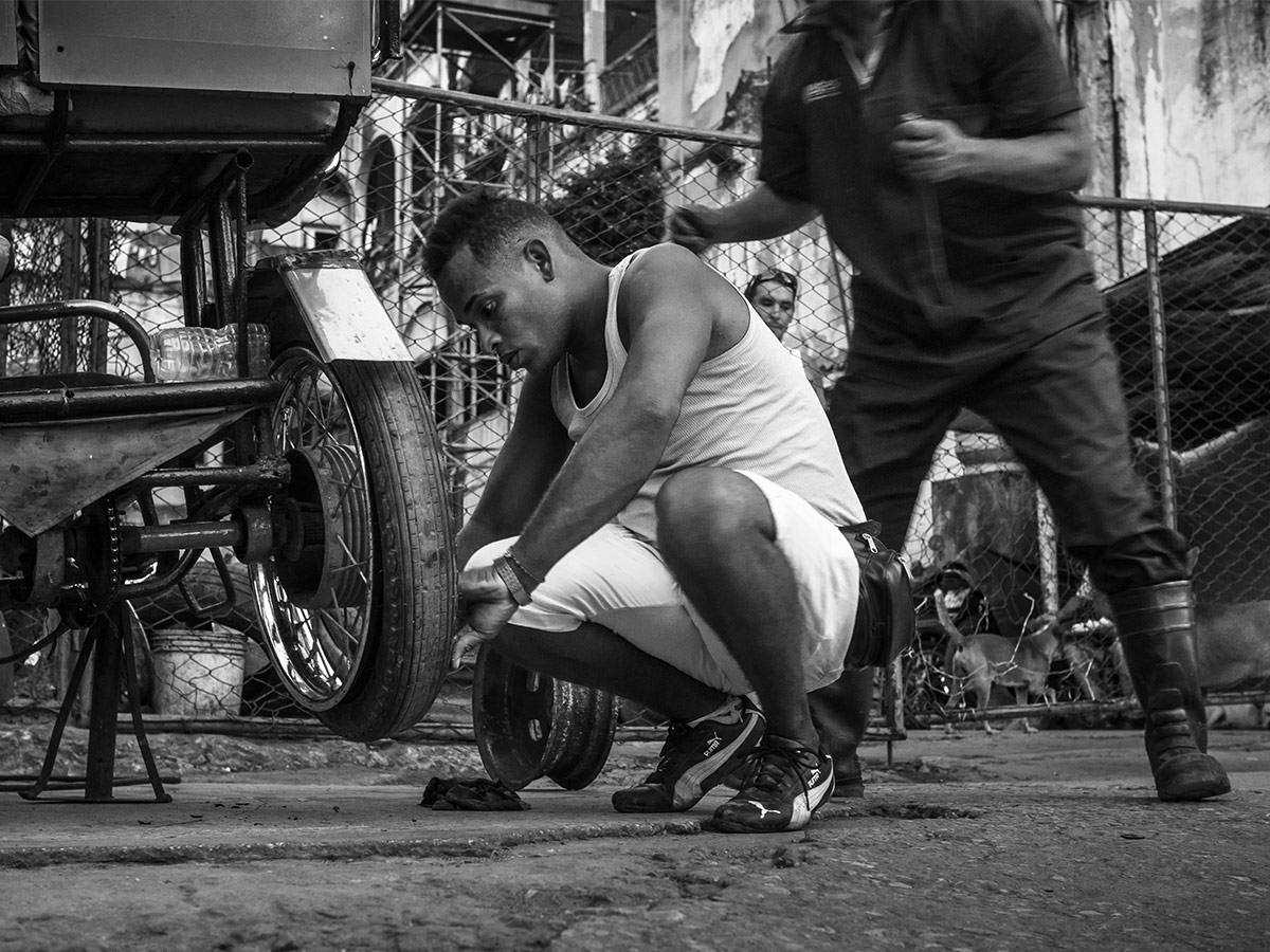 cuba_taxi_fixing_street_photography