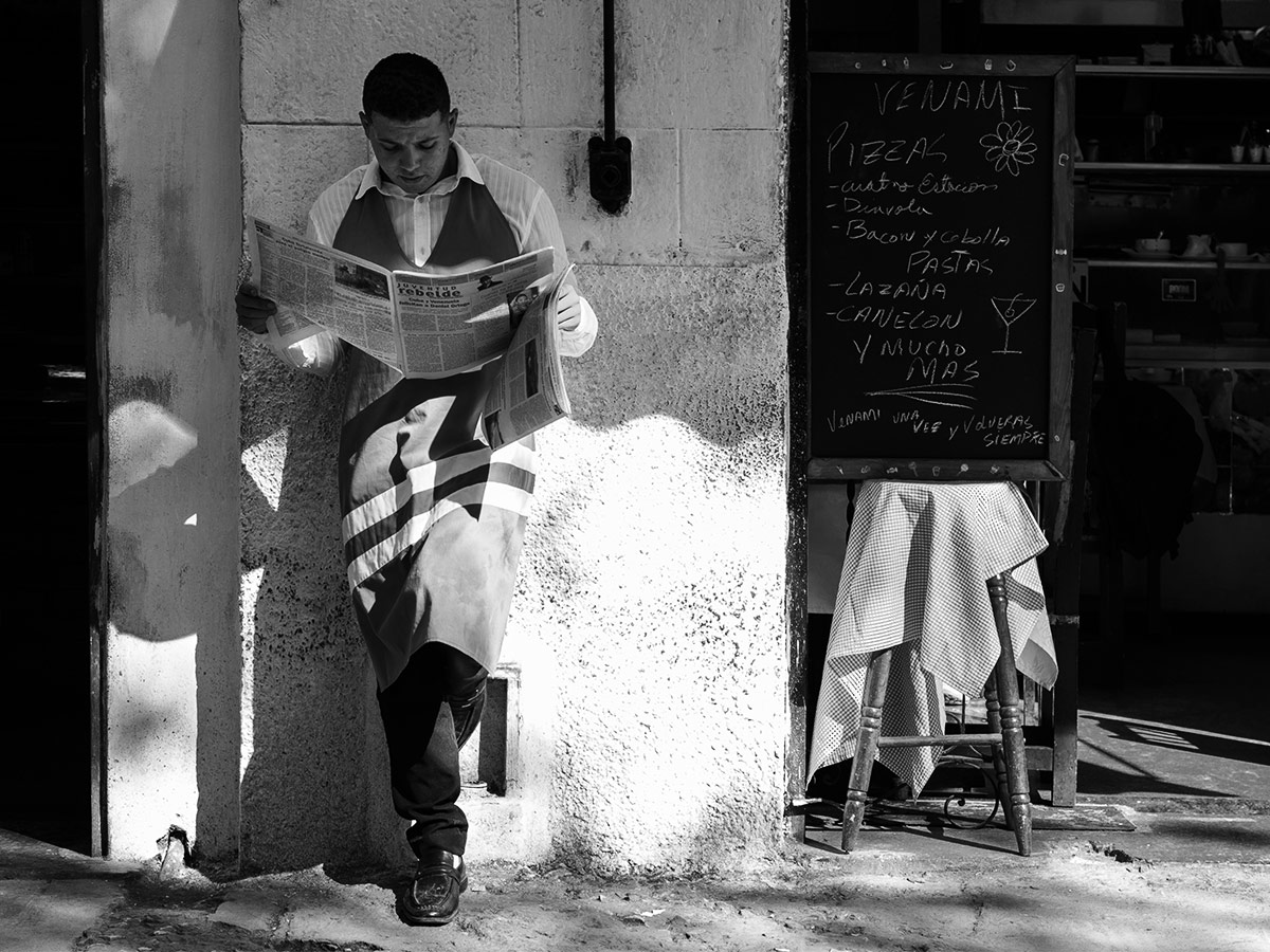 cuba_waiter_newspaper_street_photography